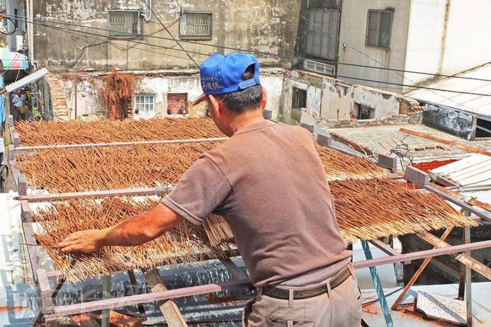 到二樓準備來曬香囉!將香枝攤開來平放於架上曝曬是較為簡單也方便的做法/玩全台灣旅遊網特約記者阿辰攝