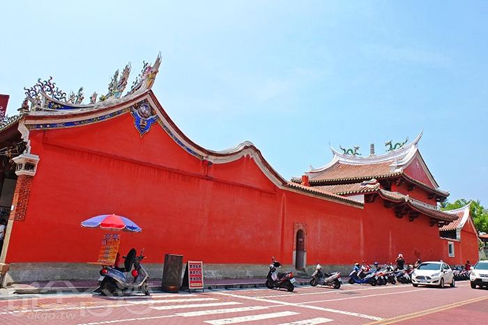 緊鄰永福路一側的大片紅色山牆是其最大特色,屋脊構畫之天際線,被譽為是祀典武廟最美的角度/玩全台灣旅遊網特約記者阿辰攝