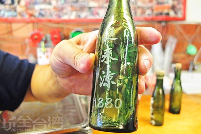 老闆話剛說完,竟拿出店裡的鎮店之寶,傳說中最初代裝冬瓜茶的瓶子/玩全台灣旅遊網特約記者阿辰攝