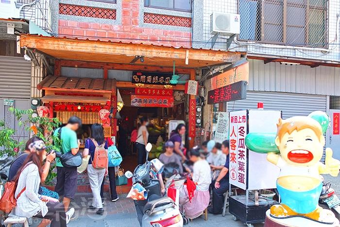 在「大天后宮」導覽之前,「兩角銀古早味冬瓜茶」正等著我們先去解渴。/玩全台灣旅遊網特約記者阿辰攝