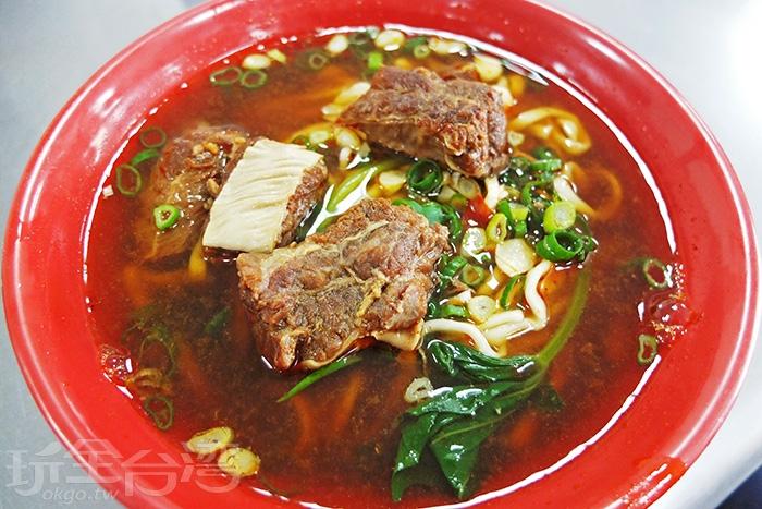 地眷村口味的牛肉麵,帶筋牛肉多又大塊,肉質軟嫩不柴,因為浸泡在湯裡,讓每塊牛肉一咬下便流出好多汁呢。/玩全台灣旅遊網特約記者阿辰攝