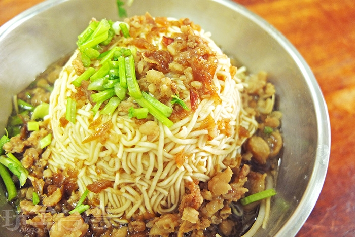 一碗乾意麵淋上獨家自製的肉燥滷汁,灑些許碎菜美味上桌,看似簡單平凡的老味道卻能吸引在地人一來再來。/玩全台灣旅遊網特約記者阿辰攝