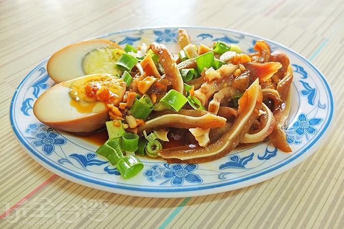 除了牛肉麵外,滷味小菜也是必點的選擇哦!/玩全台灣旅遊網特約記者阿辰攝