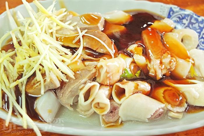 就連黑白切料都強調食材的新鮮程度,沒有多餘調味,僅用特調醬油和薑絲提味,講求現點現切現燙。/玩全台灣旅遊網特約記者阿辰攝