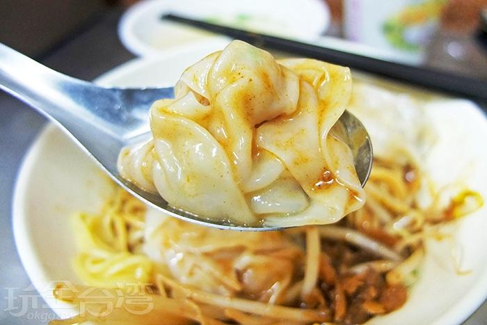 每顆餛飩精巧迷人,肉餡香氣足不會太重,外皮吸附著濃郁麻醬,味道又更好了!/玩全台灣旅遊網特約記者阿辰攝