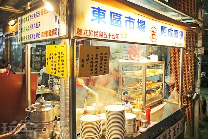 超過50年的傳統麵攤地位屹立不搖,說是東區市場美食第一把交椅,一點也不為過。/玩全台灣旅遊網特約記者阿辰攝
