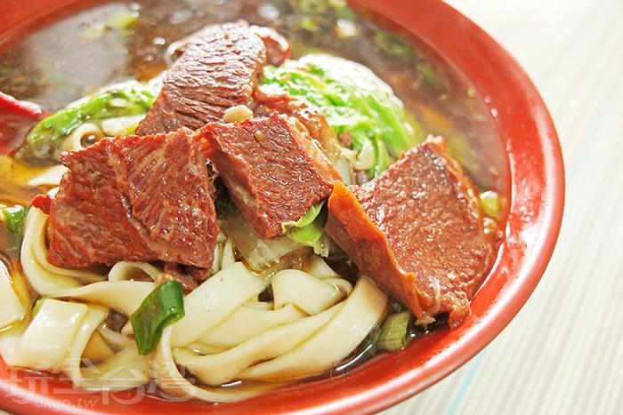 牛肉塊香氣入味,帶有嚼勁,青菜的陪襯也使得整碗牛肉麵多幾分清爽順口。/玩全台灣旅遊網特約記者阿辰攝