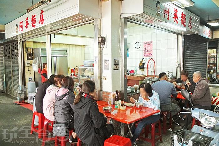 老麵店佇立屏東市西市場裡充滿在地氛圍,走過60個年頭累積絕佳口碑。/玩全台灣旅遊網特約記者阿辰攝