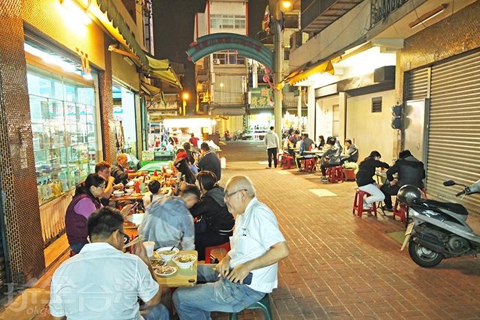 沿東區市場入口走道兩旁擺設桌椅,傍晚時間開始就會出現高朋滿座的情景。/玩全台灣旅遊網特約記者阿辰攝