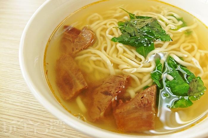 清燉牛肉麵滑順夠味,伴隨九層塔的香氣,牛肉肉質彈牙軟嫩搭配軟Q適中麵條,每口都好滿足。/玩全台灣旅遊網特約記者阿辰攝