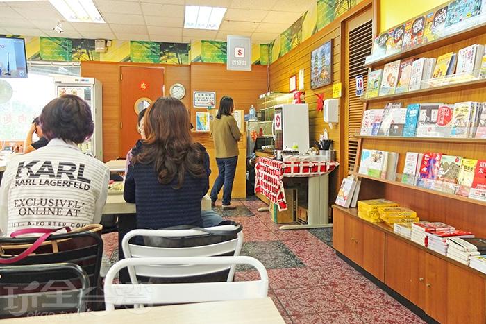 座位區和展書區零距離,用餐之餘挑本喜歡的好書慢慢翻閱吧/玩全台灣旅遊網特約記者阿辰攝