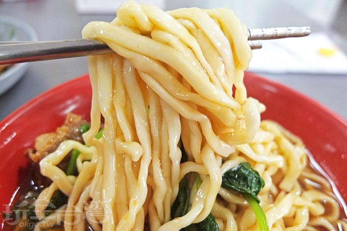 牛肉麵麵量相當可觀,麵條有明顯厚度,口感Q滑而咬度紮實,吸附著鹹辣十足的湯汁,獨特爽口。/玩全台灣旅遊網特約記者阿辰攝