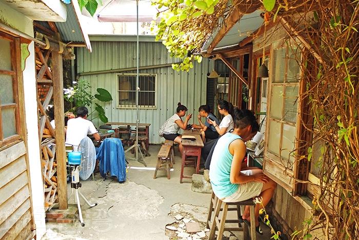 連廚房都有開放座位,看似雜亂的物品擺設,卻有說不出來的美感/玩全台灣旅遊網特約記者阿辰攝