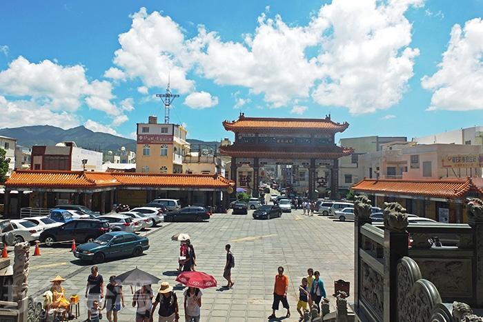 廟前有一大塊廣場空地做為停車之用,周邊聚集著諸多攤販可以逛逛買些特色產品/玩全台灣旅遊網特約記者阿辰攝