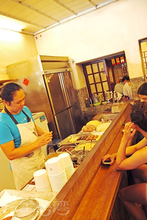 招牌是四種糯米做的純米柴燒麻糬,原味米香值得一次享用/玩全台灣旅遊網特約記者阿辰攝