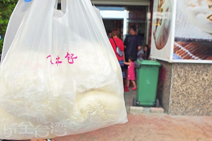 香腸包、大肉包、起司包..等等都是熱銷招牌商品,各買一個感覺不太夠耶/玩全台灣旅遊網特約記者阿辰攝