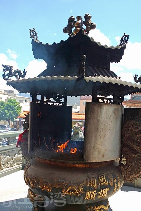 一樓正殿外的爐火不論平日假日皆鼎盛/玩全台灣旅遊網特約記者阿辰攝