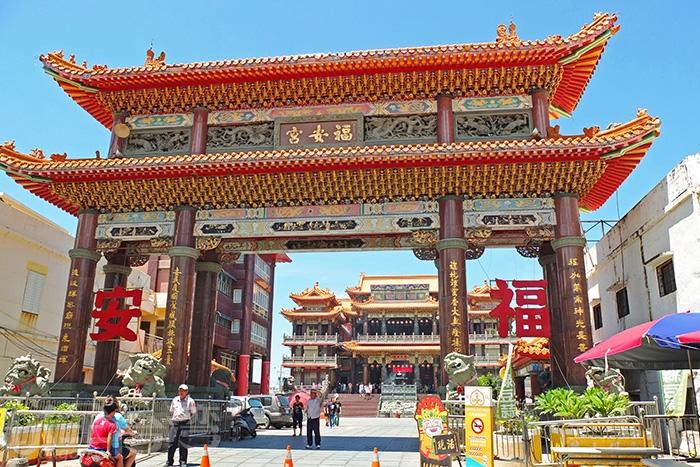 從廟前的廣場牌樓出來,我們要找旅程第一樣要吃的在地美食綠豆蒜/玩全台灣旅遊網特約記者阿辰攝