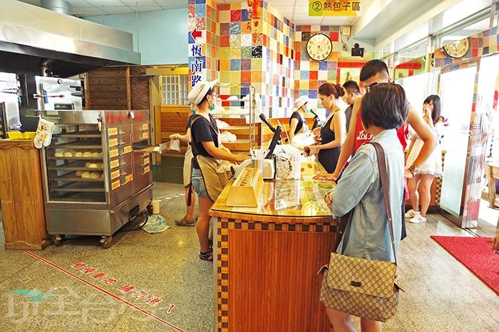 大批大批遊客進來立刻將每層放滿的包子通通清光光,人手都是一大包提著/玩全台灣旅遊網特約記者阿辰攝