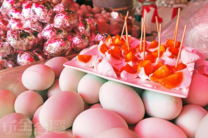 攤商很熱情的提供遊客們試吃,覺得好吃再買就可以囉!/玩全台灣旅遊網特約記者阿辰攝