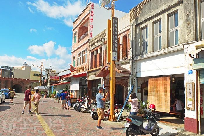 「恆春蛋酥餅」就位在中山路老街上的街角處,往這條路直直走就會西門古城門/玩全台灣旅遊網特約記者阿辰攝
