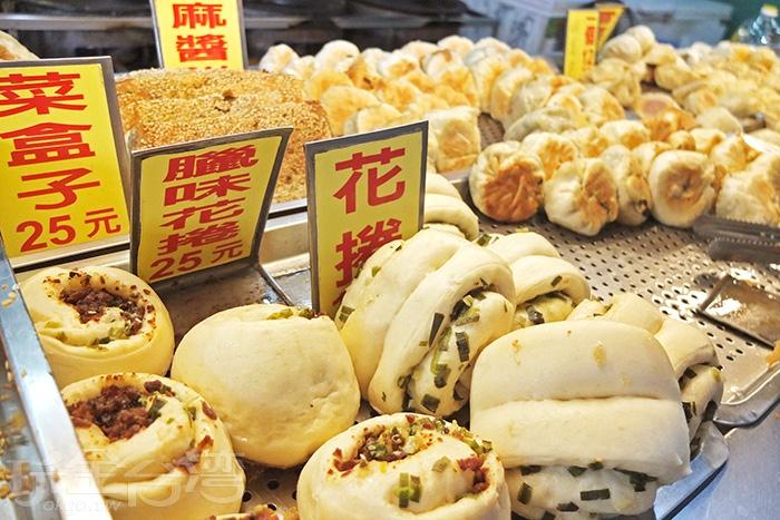 餐台上一字排開的品項猶如自助餐模式,想吃什麼就自己夾,提供便利性,白天上班時間賣出的速度與數量很驚人。/玩全台灣旅遊網特約記者阿辰攝