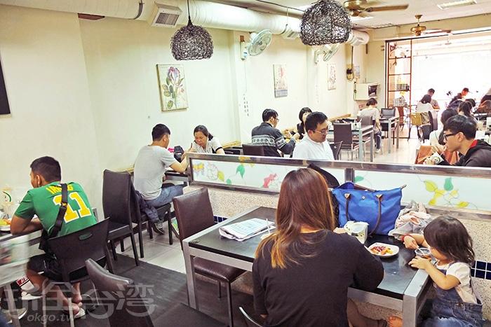 屏東人是不是都約好要一起來吃早餐啊!幾乎天天客滿,發現外帶的客人也不少。/玩全台灣旅遊網特約記者阿辰攝