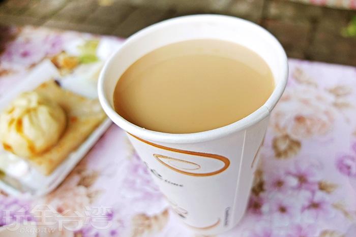 吃燒餅配上自家調製的鮮奶茶這種絕妙組合,任誰試了都會很心動!/玩全台灣旅遊網特約記者阿辰攝