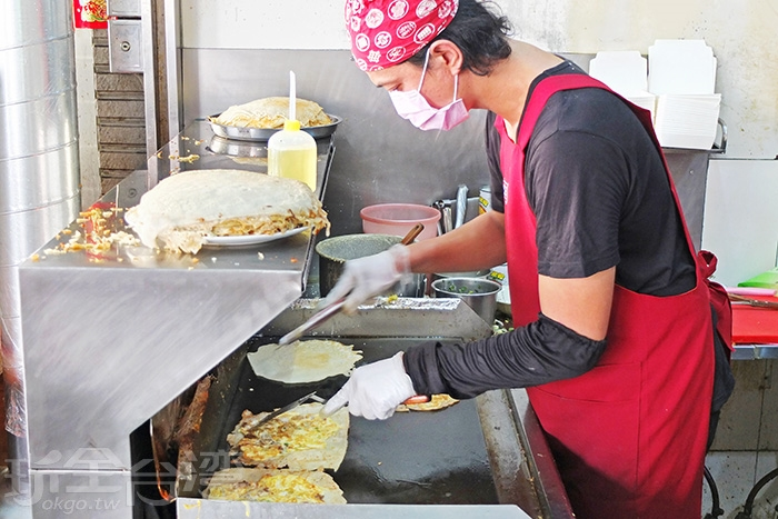 煎台前的帥氣老闆巧手俐落沒停下來過,正為客人現點現煎每份蛋餅。/玩全台灣旅遊網特約記者阿辰攝