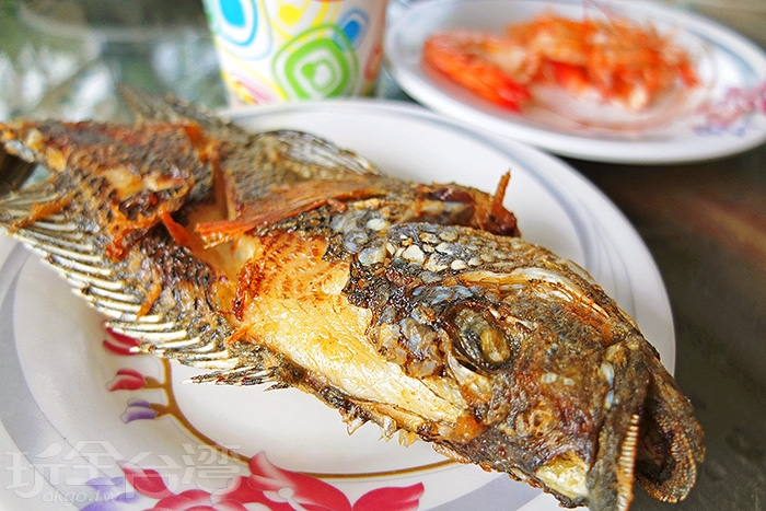 遊程的一開始以釣魚揭開序幕感受實在新鮮趣味,接著要來享受成果啦。/玩全台灣旅遊網特約記者阿辰攝