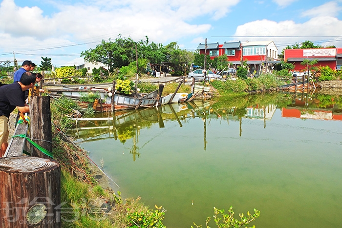一早大家倚靠在木欄邊釣魚,這是何等愜意的小時光阿!/玩全台灣旅遊網特約記者阿辰攝