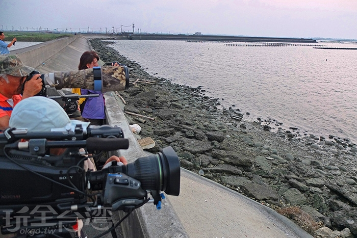 許多賞鳥愛好者們紛紛架設好相機機器,等著黑腹燕毆群飛而過的那時刻/玩全台灣旅遊網特約記者阿辰攝