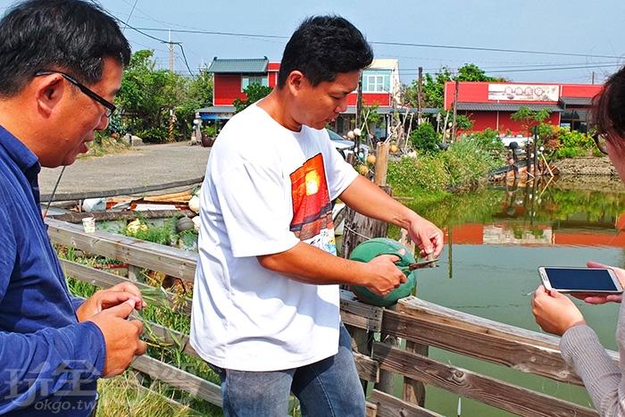 在「鹽鄉民宿」前方不遠的養殖魚塭,洪大哥正幫我們處理魚餌部分/玩全台灣旅遊網特約記者阿辰攝