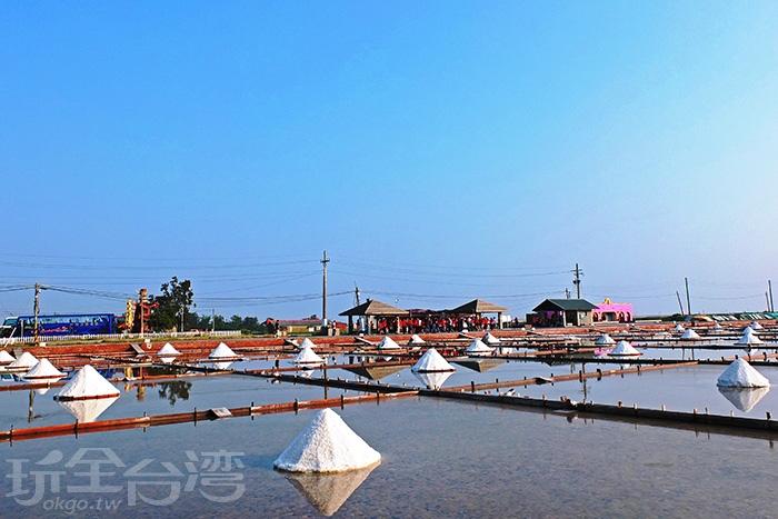 :「井仔腳瓦盤鹽田」是北門第一座鹽田,也是台灣現存歷史最悠久古老的瓦盤鹽田遺址/玩全台灣旅遊網特約記者阿辰攝