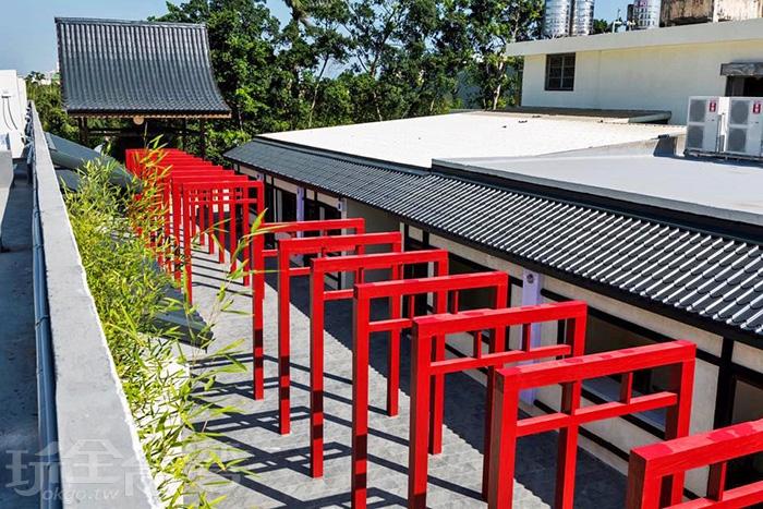 朱紅色拱門參道有著獨特的日本風情。/玩全台灣旅遊網特約記者殘月攝