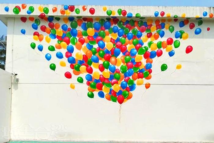 停車場旁的超逼繽紛氣球大壁畫。/玩全台灣旅遊網特約記者殘月攝