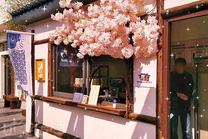 粉紅色的櫻花擺飾讓人想到櫻吹雪的浪漫情景。/玩全台灣旅遊網特約記者殘月攝
