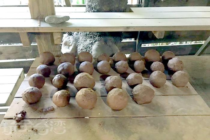 將雞蛋包上紙再包上一層紅土,不久就有好吃的窯烤雞蛋可以吃囉!/玩全台灣旅遊網特約記者殘月攝