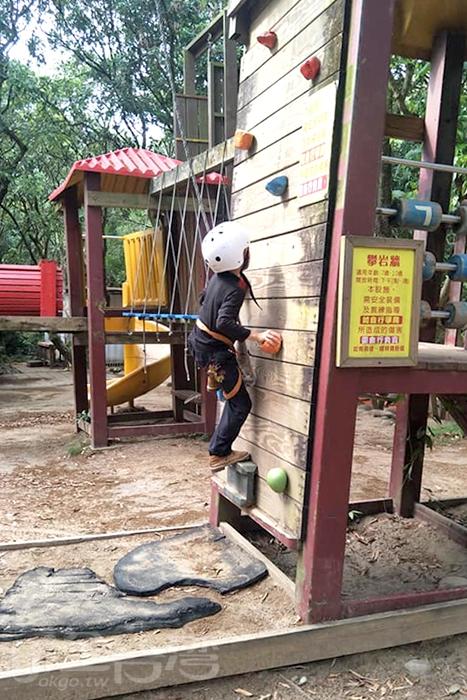 小朋友正在玩攀岩。/玩全台灣旅遊網特約記者殘月攝