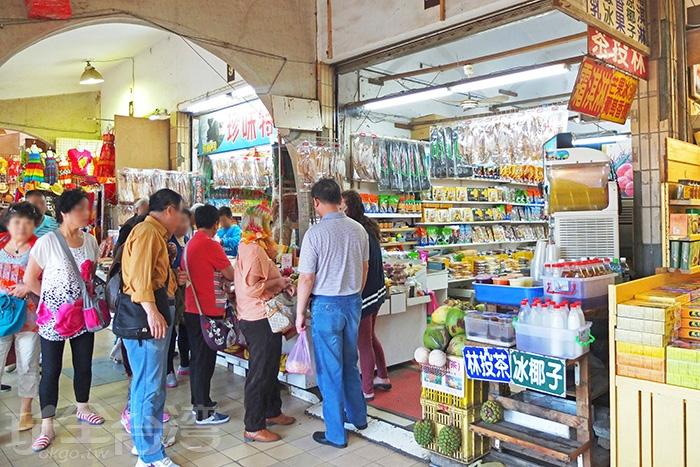 貓鼻頭販賣部,聚集有好多遊客,旅途中渴了或餓了就在這裡稍作補給。/玩全台灣旅遊網特約記者阿辰攝