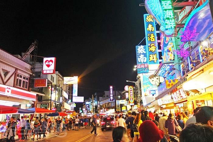 墾丁大街的特點就是食衣住行育樂樣樣都包,眾多攤販的盤據,帶動夜晚的熱鬧盛況/玩全台灣旅遊網特約記者阿辰攝