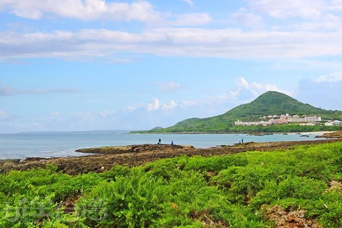 船帆石下的珊瑚礁岸有豐富的水中生物,是墾丁相當熱門的潛水和浮潛地點/玩全台灣旅遊網特約記者阿辰攝