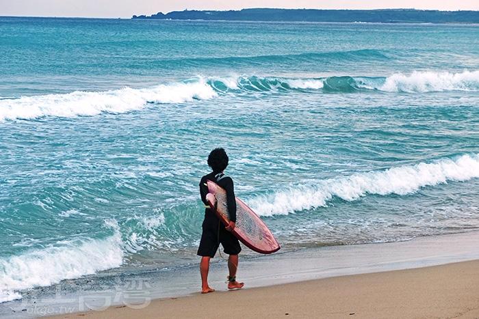 平坦無暗礁的大灣沙灘是許多衝浪玩家喜愛的地點/玩全台灣旅遊網特約記者阿辰攝