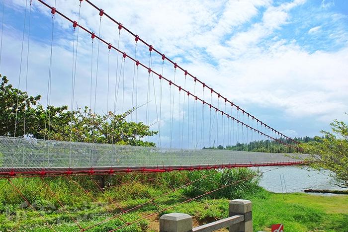 漫步徜徉於港口吊橋,放鬆著身心,享受在最單純的美麗景色裡/玩全台灣旅遊網特約記者阿辰攝