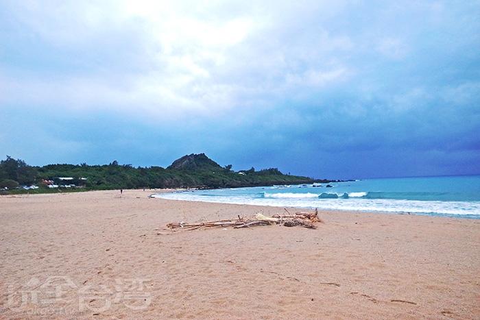 在熱鬧的墾丁大街後方,隱藏著一座很狹長的沙灘/玩全台灣旅遊網特約記者阿辰攝