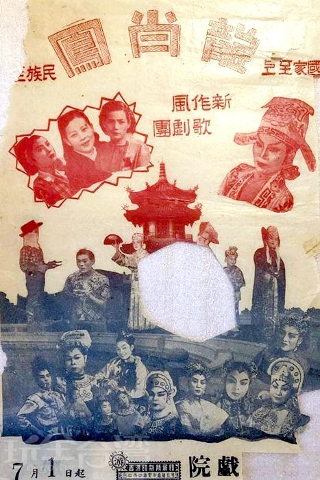已經泛黃的紙張滿佈著了歲月的刻痕。/玩全台灣旅遊網特約記者殘月攝