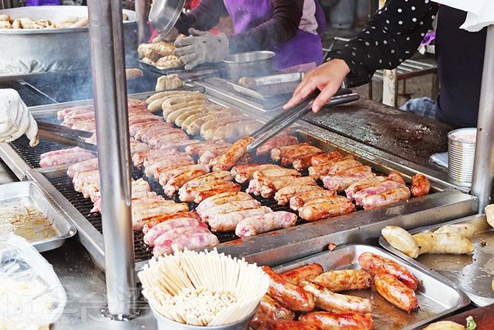 烤架上已經被糯米腸和香腸佔得滿滿滿!!/玩全台灣旅遊網特約記者阿辰攝