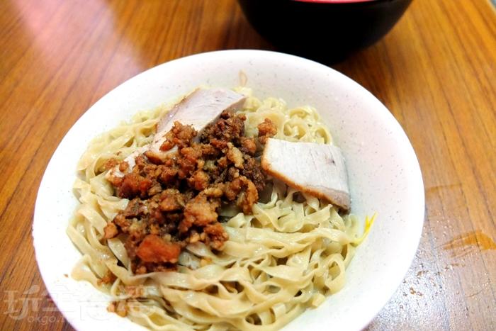 乾意麵上頭的肉燥沒有油膩感感。/玩全台灣旅遊網特約記者阿辰攝