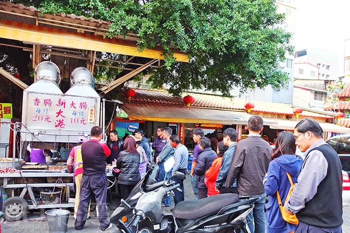 正在路口待轉時,就已經看到保安宮廟埕這間人氣小攤子,排隊人龍長到廣場中央/玩全台灣旅遊網特約記者阿辰攝