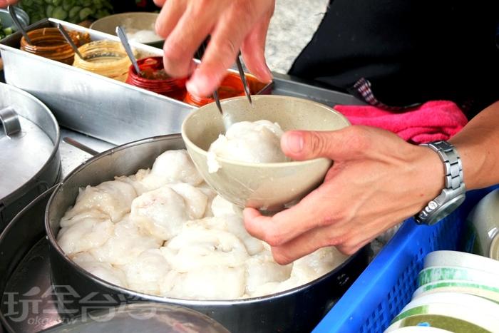 老闆手不停地夾給客人那白泡泡幼咪咪的蒸肉圓/玩全台灣旅遊網特約記者阿辰攝